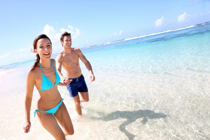 Ungt par på stranden