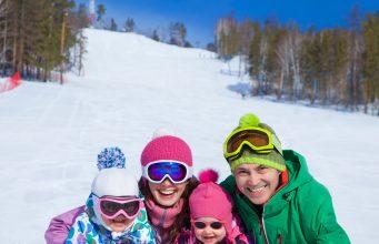 Familie på skiferie